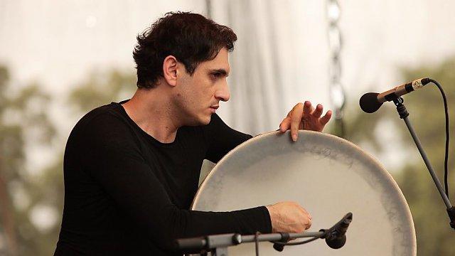 Íránský perkusový génius Mohammad Reza Mortazavi hraje na daf, Zdroj: Tomáš Miřička