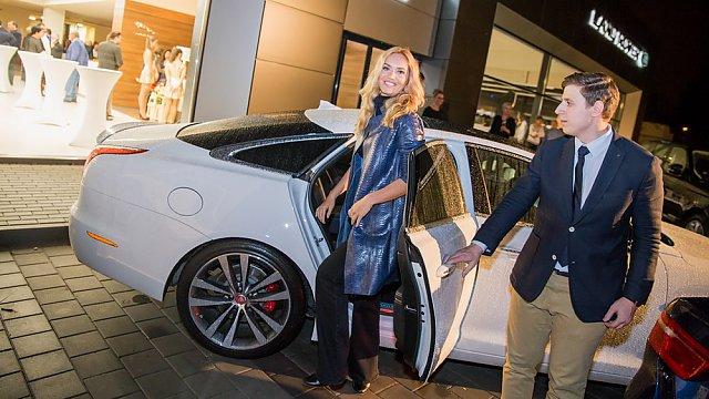 Taťána přijela Jaguarem do nového autoaslonu v Ostravě