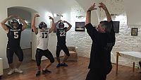 Harapes trénuje před finále ladnost pohybu s hráči amerického fotbalu